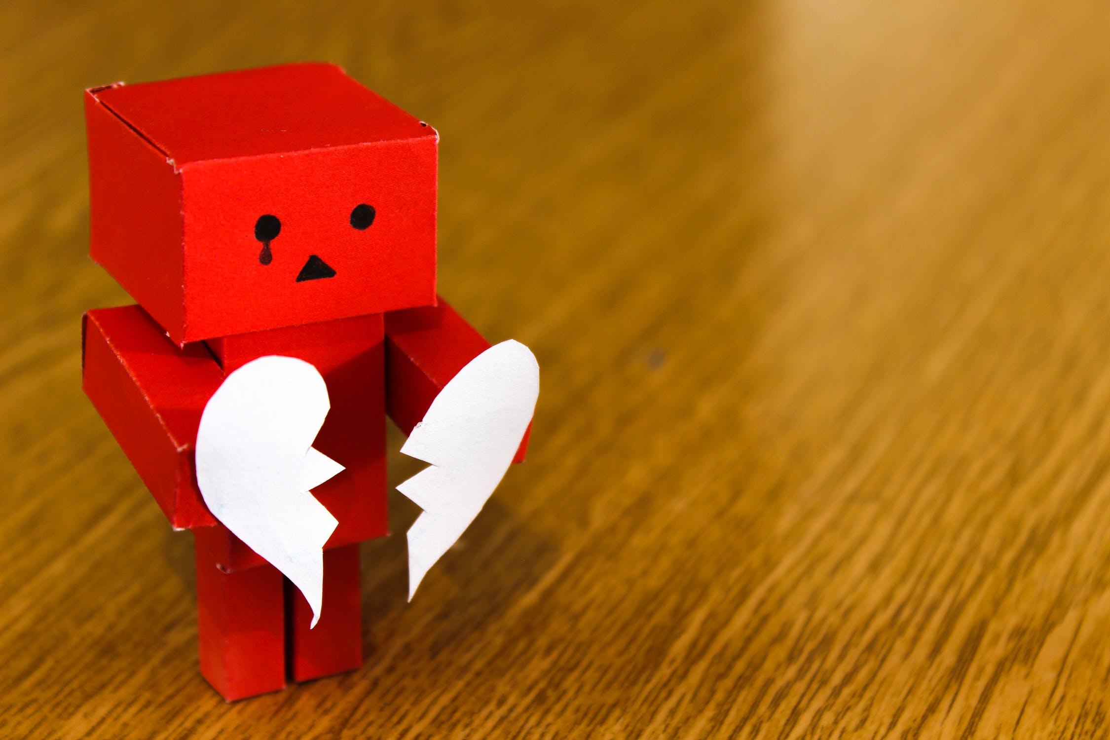صورة كرتونية حزينة وتمزيق قلب مكسور