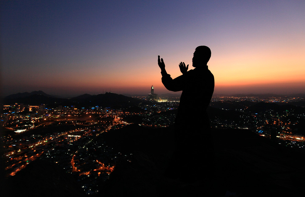 رجل يدعو الله في ظلمة الليل