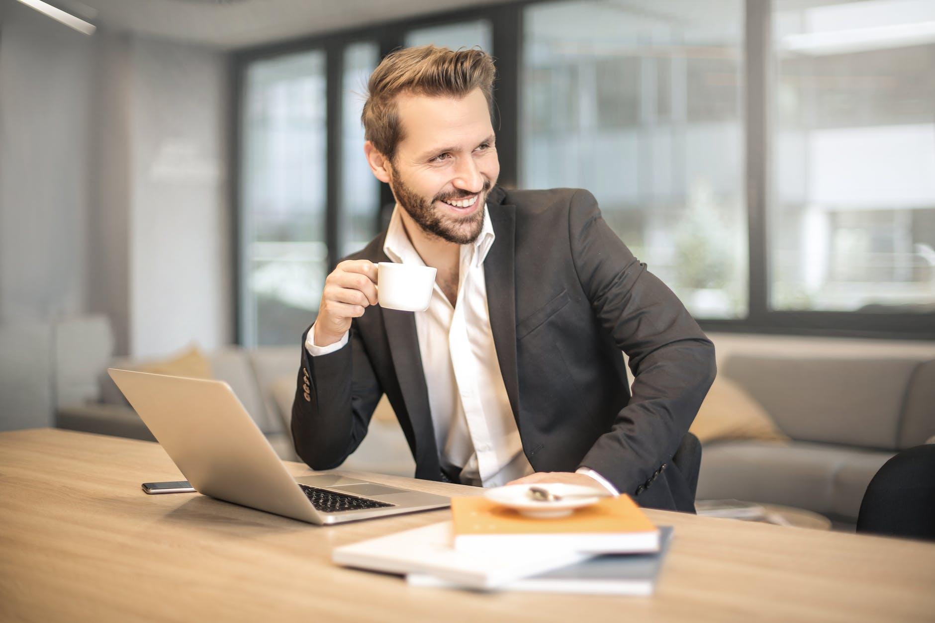شاب موظف يشرب القهوة