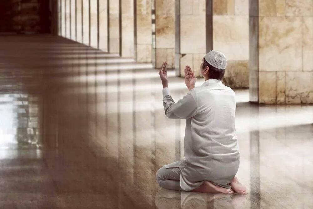 مسلم يدعو ربه