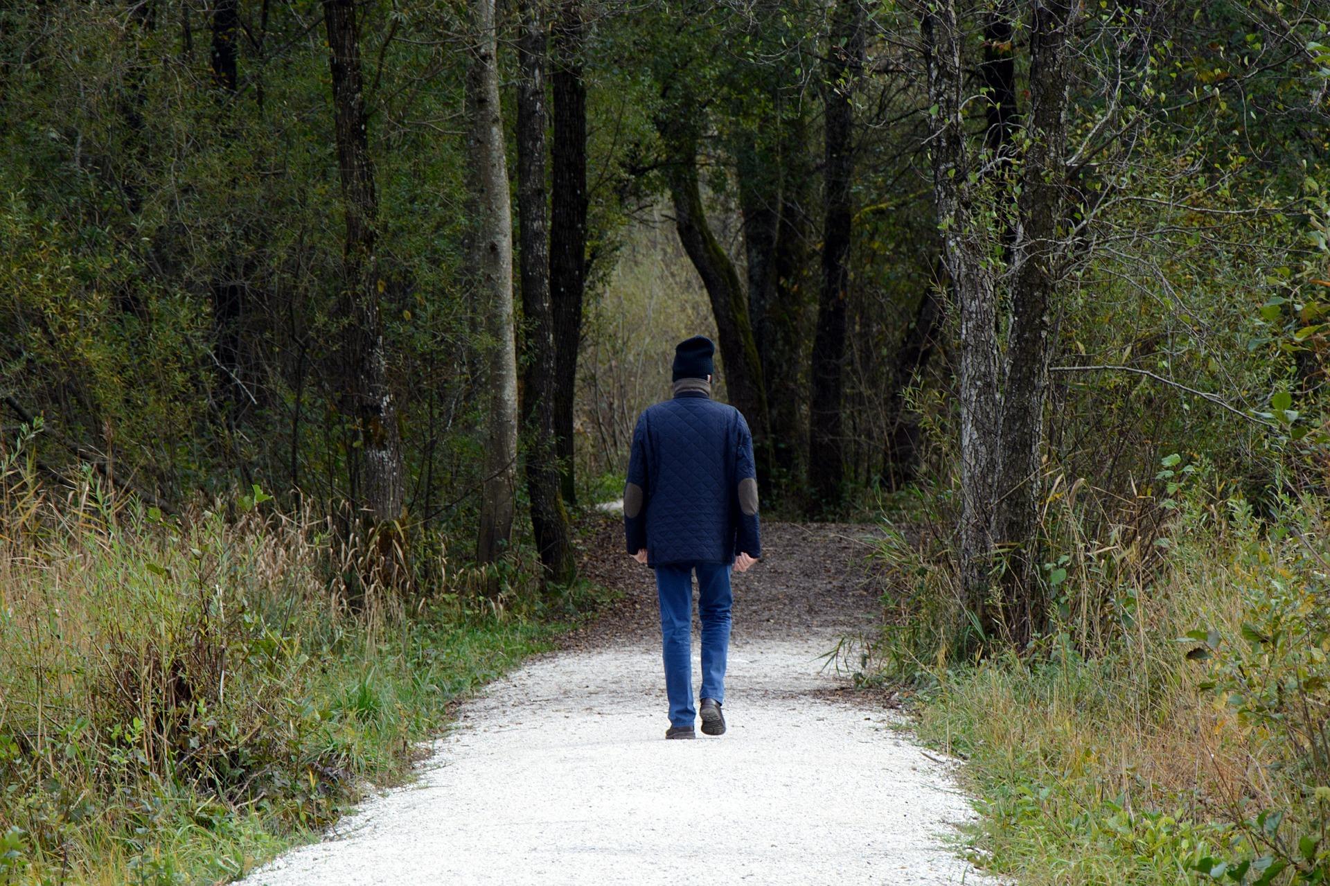انسان يمشي